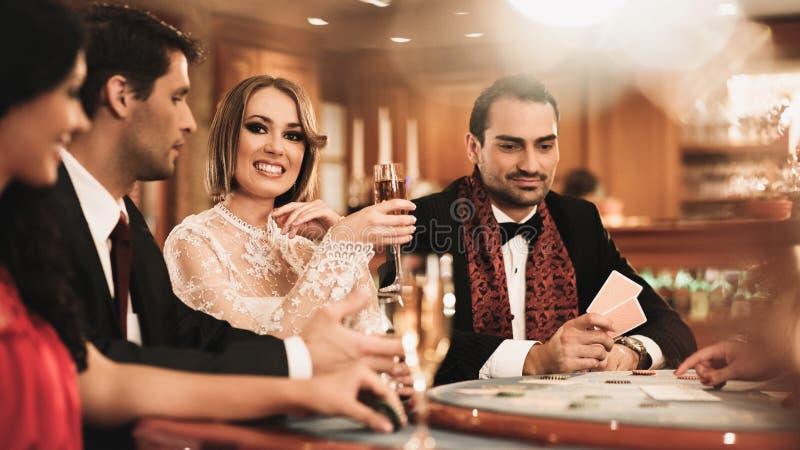 Grupo de pessoas no casino fotografia de stock royalty free