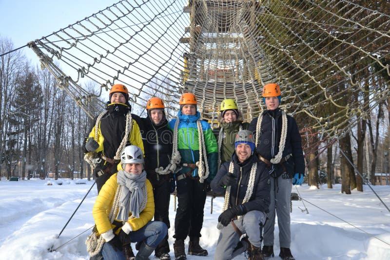 Grupo de pessoas no curso de obstáculo