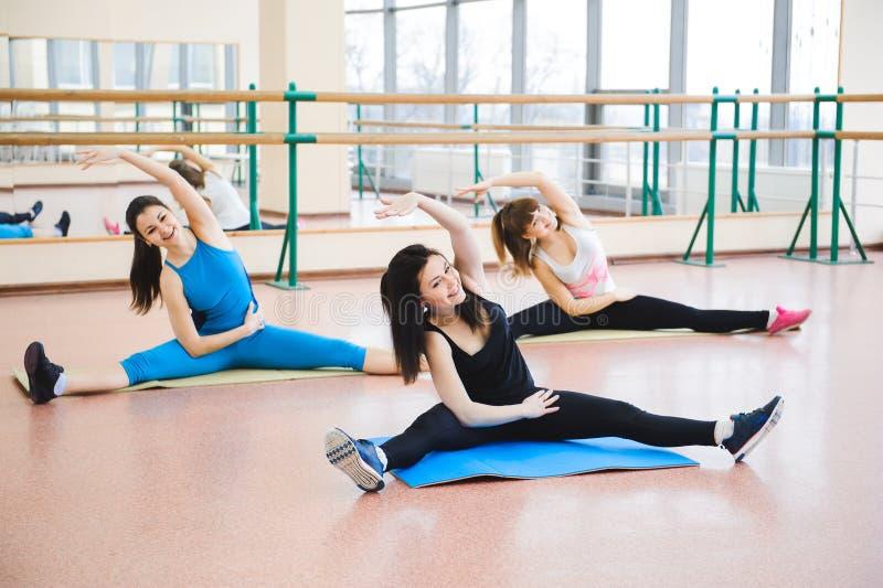 Grupo de pessoas no Gym em A que estica a classe foto de stock royalty free