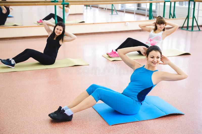 Grupo de pessoas no Gym em A que estica a classe imagem de stock