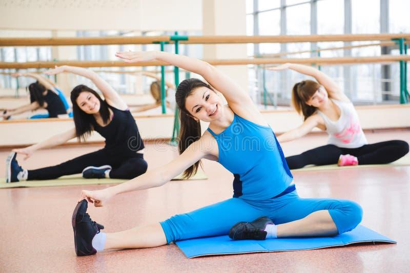 Grupo de pessoas no Gym em A que estica a classe imagens de stock