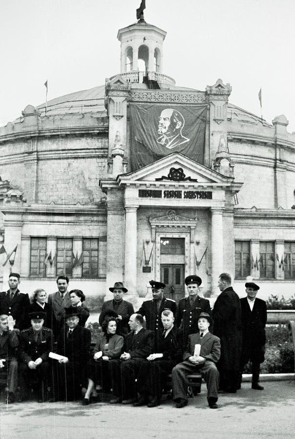 Grupo de pessoas no panorama da defesa de Sevastopol, URSS imagem de stock royalty free