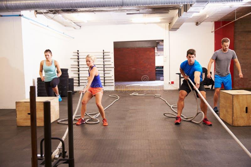 Grupo de pessoas no treinamento do circuito do Gym imagens de stock royalty free