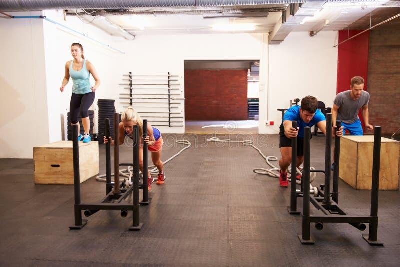Grupo de pessoas no treinamento do circuito do Gym fotos de stock royalty free