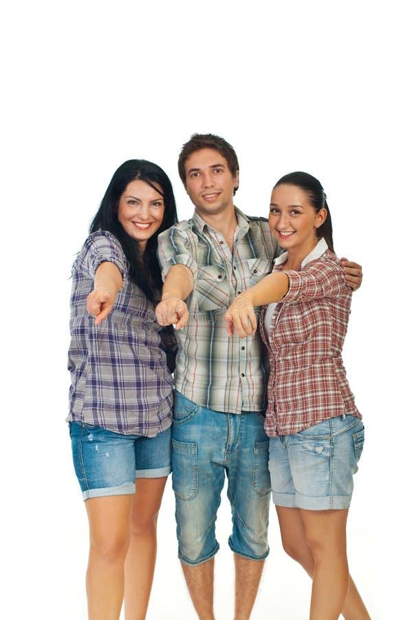 Grupo de pessoas novo alegre que aponta a você fotografia de stock