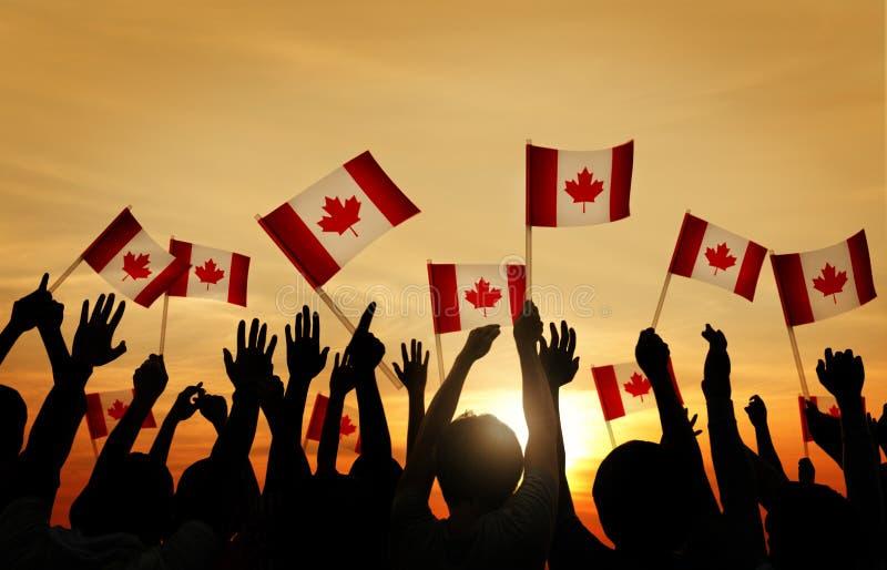 Grupo de pessoas que acena a bandeira canadense ilustração do vetor