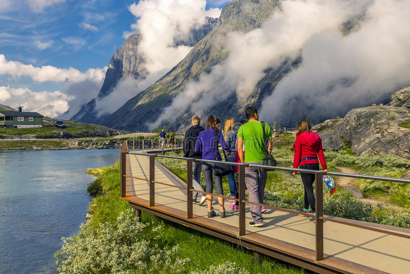 Grupo de pessoas que anda em torno do Trollstigen, Noruega imagem de stock royalty free