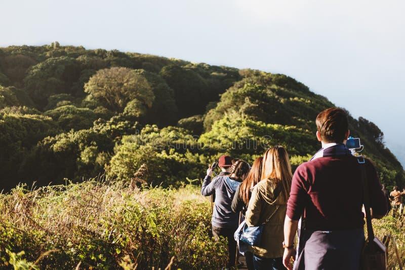 Grupo de pessoas que anda na montanha no nascer do sol da manhã, trekking no Kew Mae Parn, montanha do parque nacional foto de stock royalty free