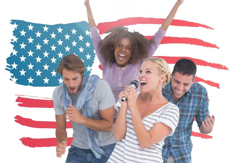 Grupo de pessoas que canta contra o fundo da bandeira americana imagens de stock
