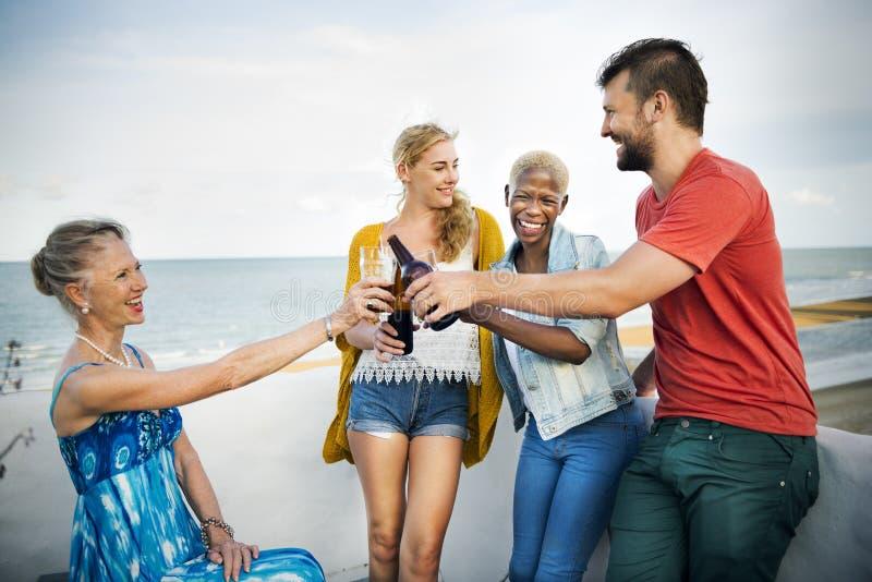 Grupo de pessoas que comemora o conceito fotos de stock royalty free