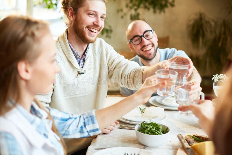 Grupo de pessoas que comemora o evento no restaurante imagem de stock