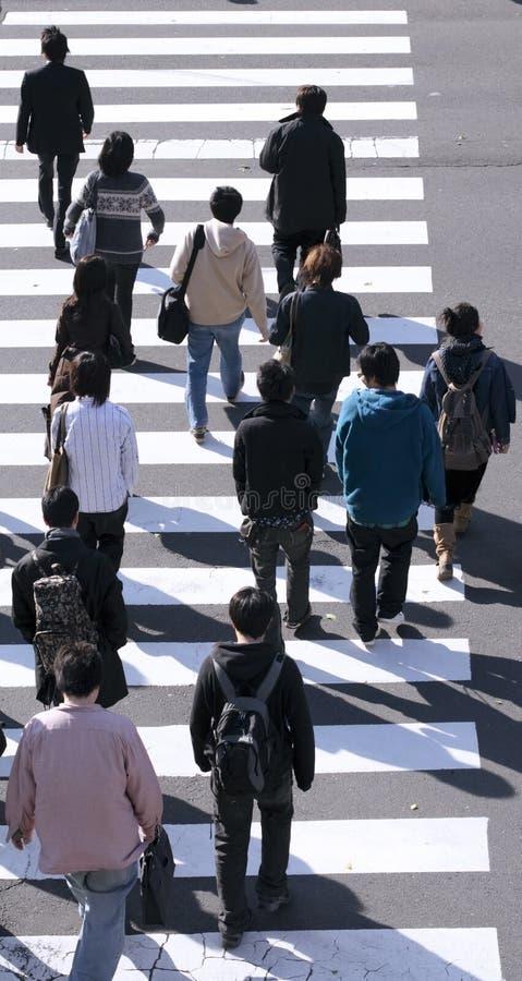 Grupo de pessoas que cruza a rua imagem de stock royalty free