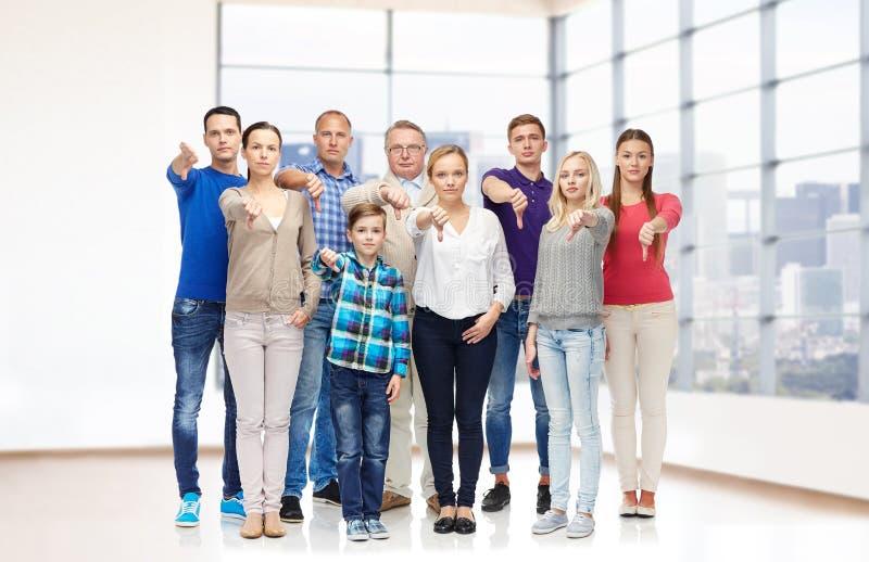 Grupo de pessoas que dá os polegares para baixo imagem de stock
