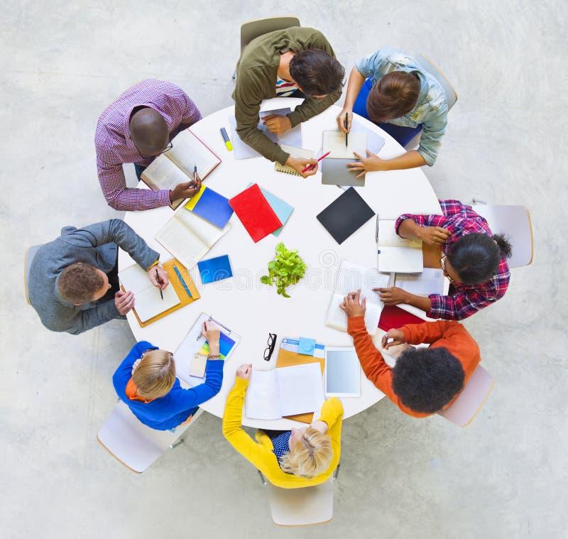Grupo de pessoas que discute junto fotos de stock