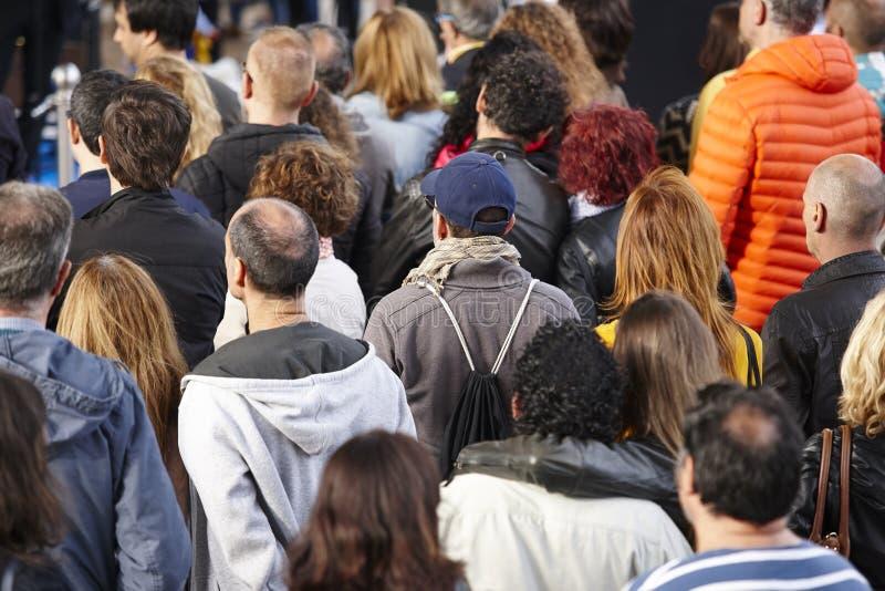 Grupo de pessoas que escuta na rua Urbano aglomerado imagens de stock