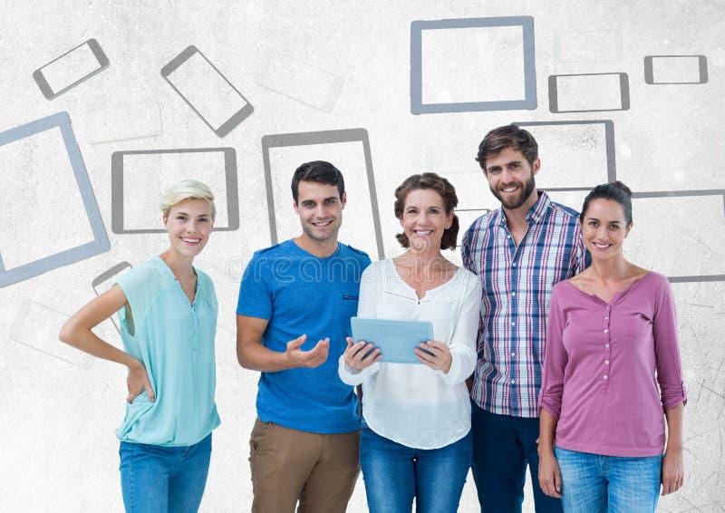 Grupo de pessoas que está na frente dos gráficos da tabuleta e dos dispositivos móveis foto de stock