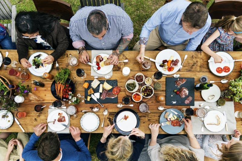 Grupo de pessoas que janta o conceito fotografia de stock