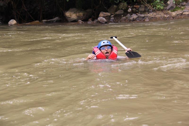 grupo de pessoas que joga transportar em um rio que tenha um fluxo pesado, fotos de stock royalty free