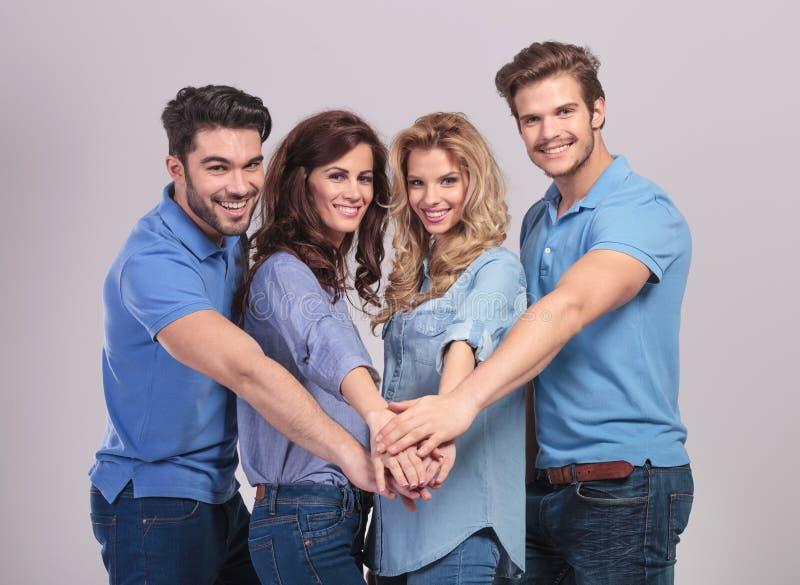 Grupo de pessoas que mantém as mãos unidas em equipe foto de stock royalty free
