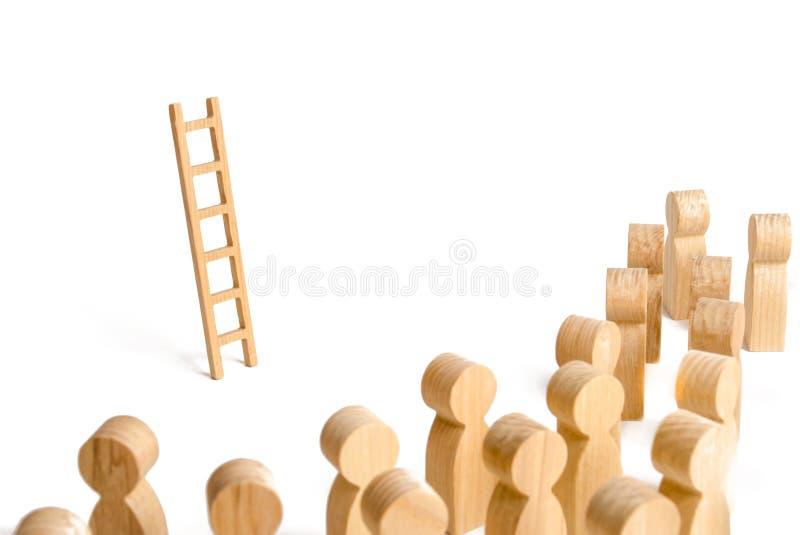 Grupo de pessoas que olha a escada Escada da carreira Promoção no trabalho, negócio, auto-desenvolvimento, habilidades da lideran imagens de stock