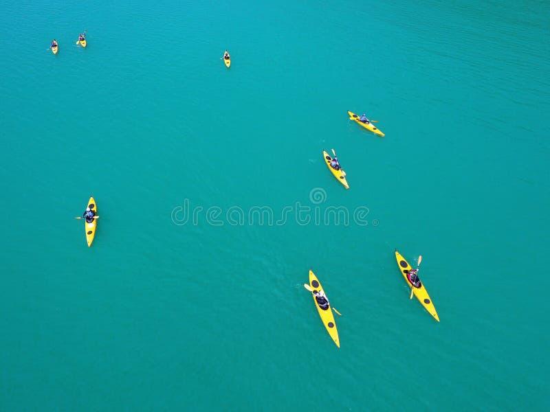 Grupo de pessoas que rema em caiaque Viagem da canoa no mar aberto Phuket, Tailândia imagem de stock royalty free