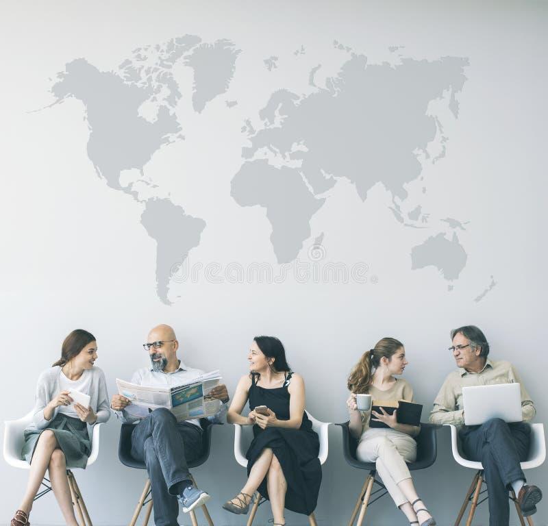 Grupo de pessoas que senta-se em cadeiras fotografia de stock royalty free