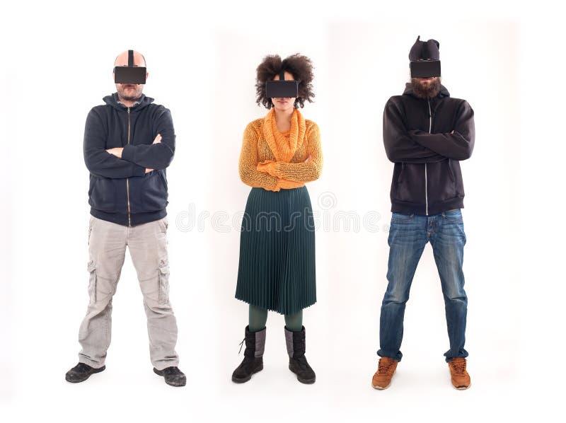 Grupo de pessoas que tem o divertimento com vidros da realidade virtual fotos de stock royalty free