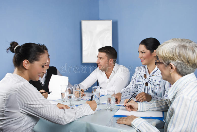 Grupo de pessoas que tem o divertimento na reunião de negócio