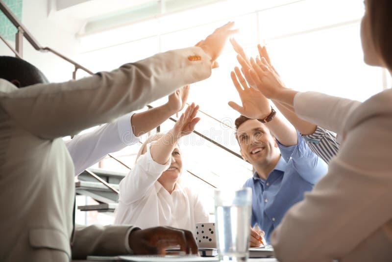 Grupo de pessoas que une as mãos dentro Conceito da unidade fotografia de stock royalty free