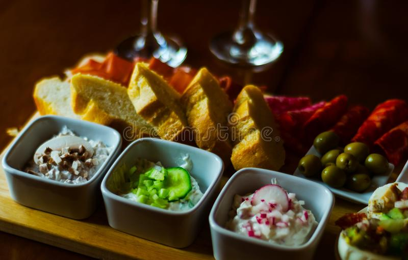 Grupo de petiscos com queijo e o pepino brancos, rabanete, cogumelo, foto de stock