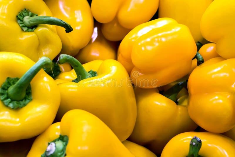 Grupo de pimentas amarelas em um greengrocery fotografia de stock