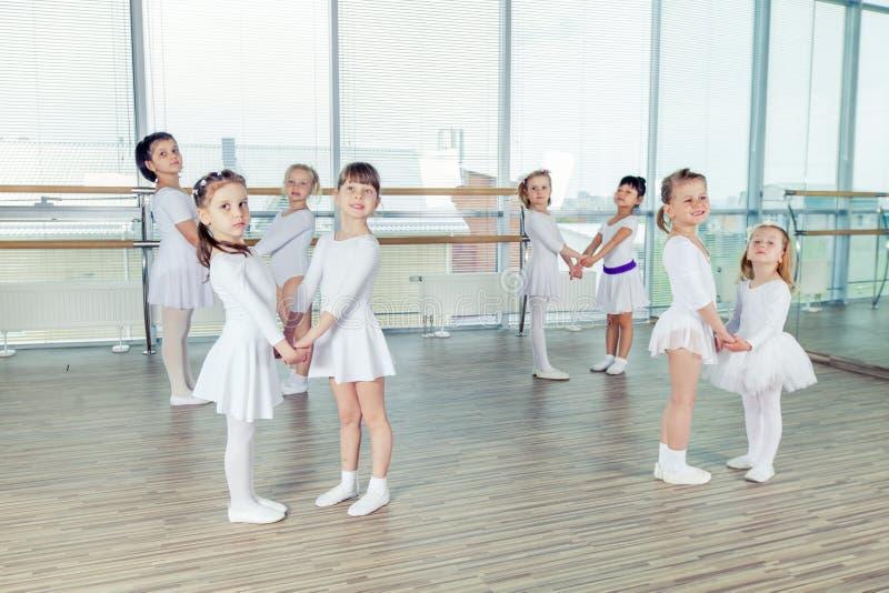 Grupo de pocos bailarines de ballet imagen de archivo libre de regalías