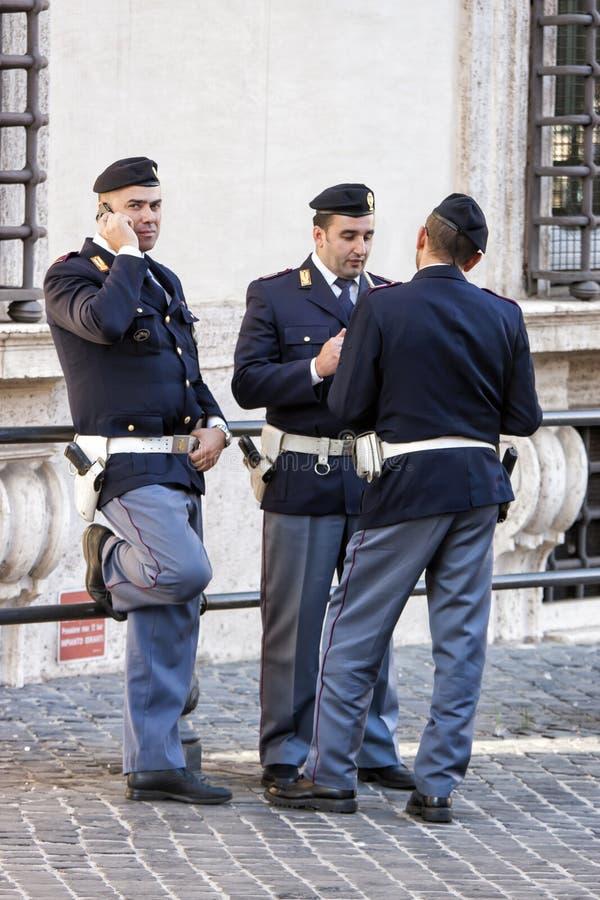 Grupo de polícias italianos - o parlamento (Roma - Itália) imagem de stock