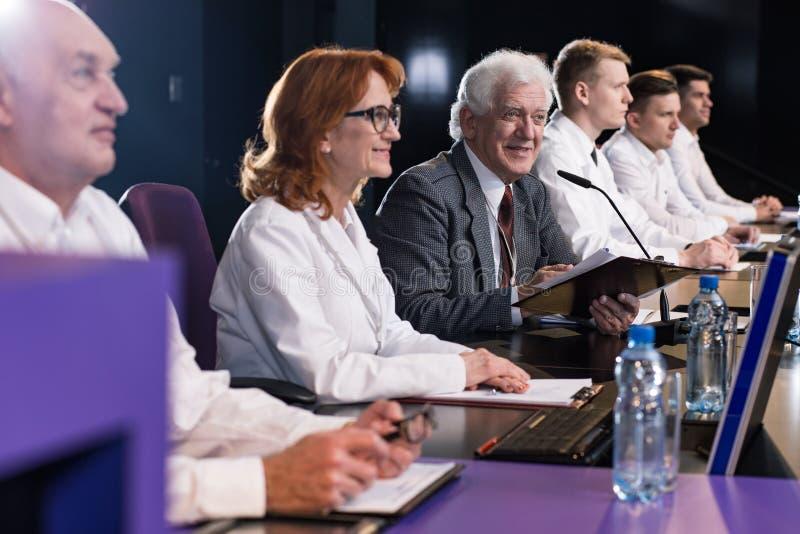 Grupo de políticos na conferência foto de stock