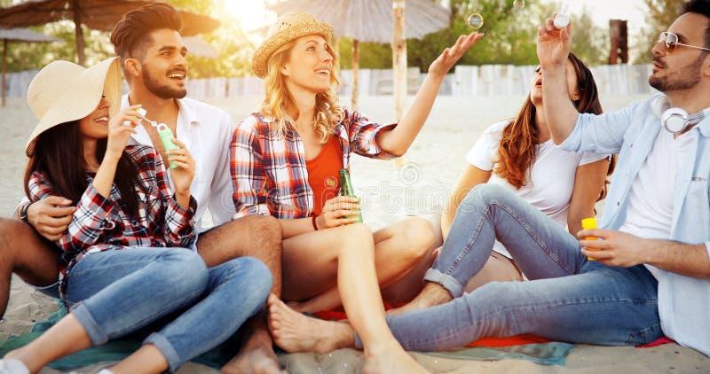 Grupo de povos alegres novos que ligam-se entre si e que sorriem fotografia de stock royalty free