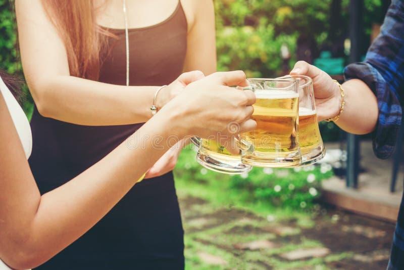 Grupo de povos asiáticos novos que comemoram o whi feliz dos festivais da cerveja imagens de stock