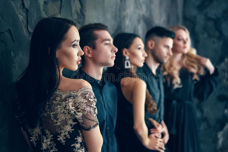 Grupo de povos bonitos novos que levantam no estúdio foto de stock royalty free