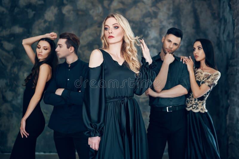 Grupo de povos bonitos novos que levantam no estúdio fotos de stock royalty free