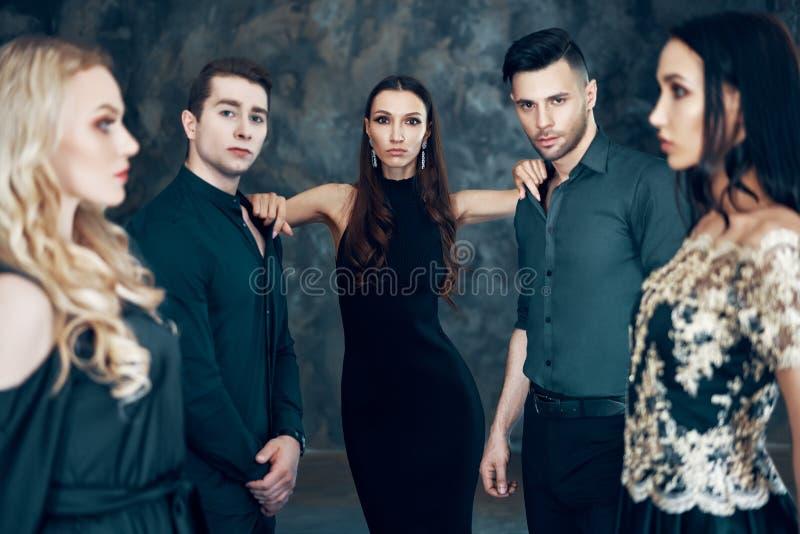 Grupo de povos bonitos novos que levantam no estúdio imagem de stock royalty free