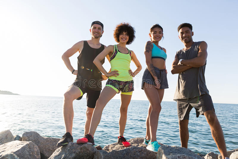 Grupo de povos cinfident saudáveis novos dos esportes foto de stock royalty free