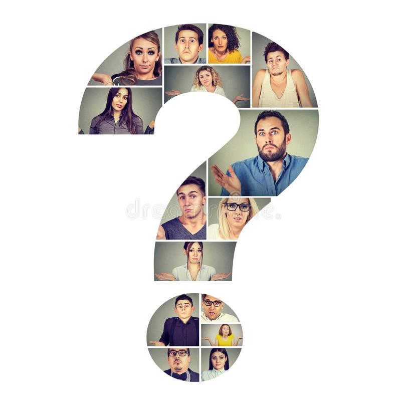 Grupo de povos confundidos no ponto de interrogação foto de stock