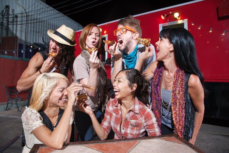 Grupo de povos de riso com pizza foto de stock royalty free