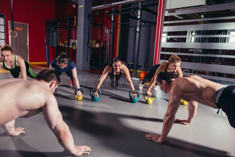 Grupo de povos desportivos que treinam em um gym fotos de stock royalty free