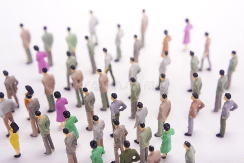 Grupo de povos diminutos sobre o fundo branco fotografia de stock royalty free