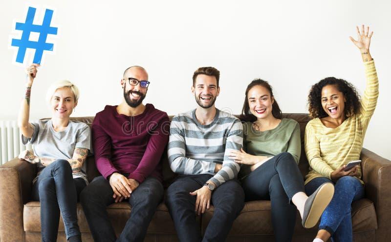 Grupo de povos diversos com ícone do hashtag imagem de stock