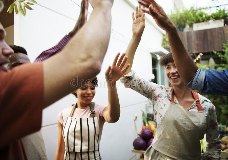 Grupo de povos diversos com mãos levantadas imagens de stock royalty free