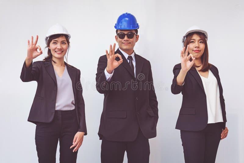 Grupo de povos felizes do contramestre que mostram o gesto aprovado foto de stock