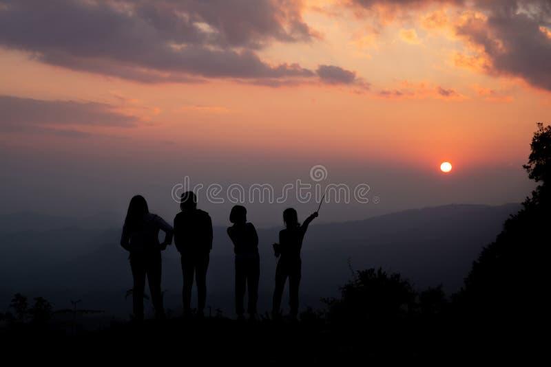 Grupo de povos felizes que jogam no por do sol do verão na natureza imagem de stock royalty free