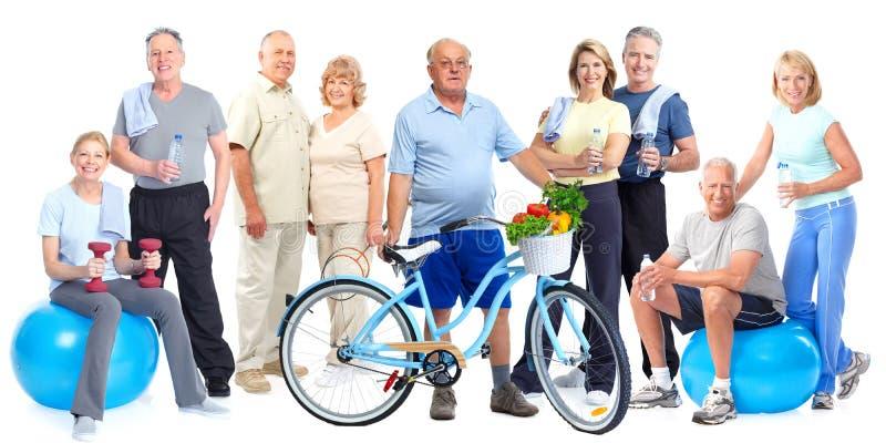Grupo de povos idosos da aptidão com bicicleta fotos de stock royalty free