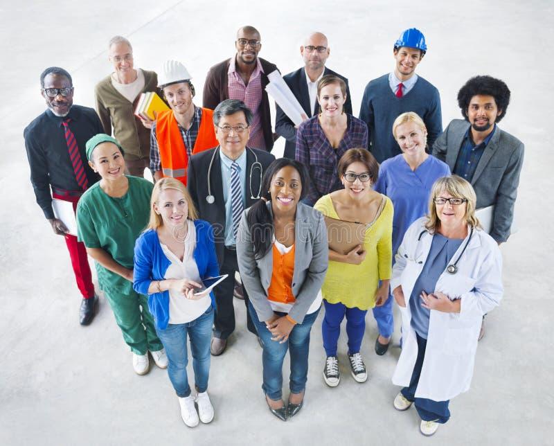 Grupo de povos multi-étnicos diversos com vários trabalhos imagens de stock royalty free